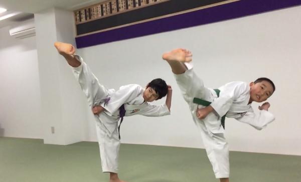 足刀(緑帯1年生と紫帯4年生)